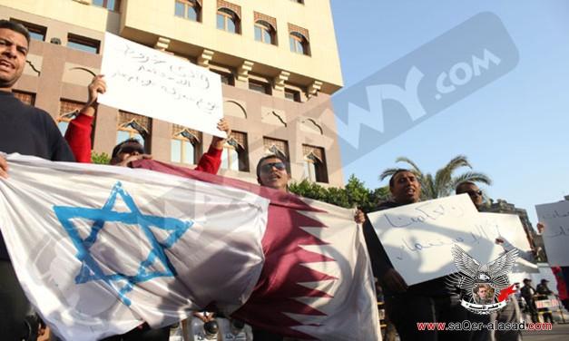 متظاهرون يحرقون علم قطر
